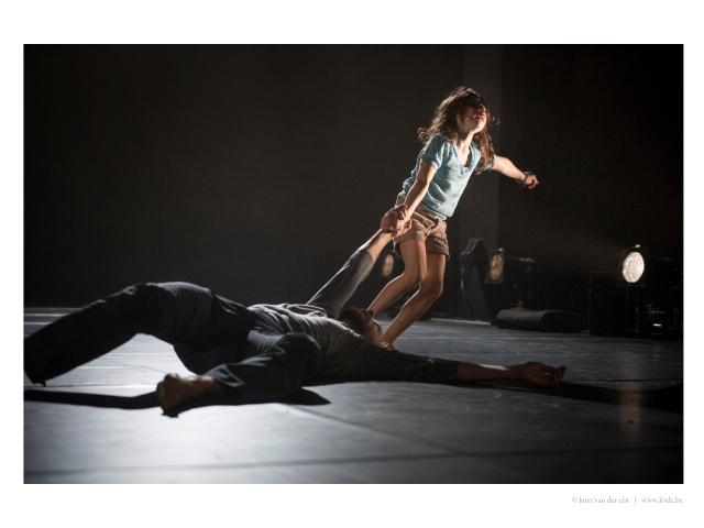Invisible - meisje trekt liggende danser